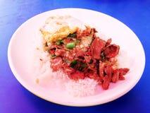 Der Reis, der mit Aufruhr überstiegen wurde, briet Rindfleischpaprika-Basilikumblätter Lizenzfreie Stockbilder
