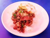 Der Reis, der mit Aufruhr überstiegen wurde, briet Rindfleischpaprika-Basilikumblätter Stockbild