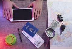 Der Reisehintergrund, buchend etikettiert online, Tourismus und Ferienplanung, Draufsicht, Kopienraum auf weißem Holz Stockfotografie