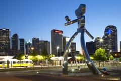Der reisende Mann und die Skyline von Dallas nachts lizenzfreies stockfoto