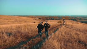 Der Reisende mit zwei Männern, der mit Rucksäcken wandert, gehen entlang den Weg, der in Berge den Lebensstil klettert Langsame B stock video footage
