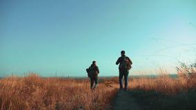 Der Reisende mit zwei Männern, der mit Rucksäcken wandert, gehen entlang Lebensstil der Weg, der in die Berge klettert Langsame B stock video footage