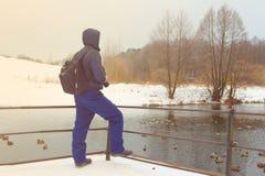 Der Reisende schaut vorwärts zum See im Park Lizenzfreie Stockfotografie