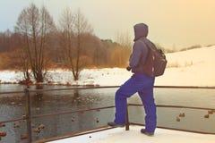 Der Reisende schaut vorwärts zum See im Park Lizenzfreies Stockbild