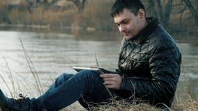 Der Reisende zum Ufer mit der Tablette stock video