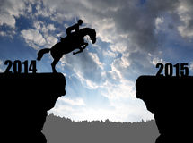 Der Reiter auf dem Pferd, das in das neue Jahr 2015 springt Stockbilder