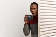 Der Reporter sah schockierende Sachen, haben der von anhob weit geöffnet seinem Mund und Augen Überfluss lizenzfreie stockfotografie