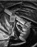 Der Revolver und die Uhr lizenzfreie stockfotos