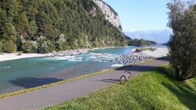Der Rhein und das Fahrrad auf dem Fahrradweg lizenzfreies stockbild