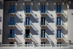 Der Rhythmus der Schatten auf der Fassade Stockfotografie