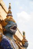 DER RIESIGE SKULPTUR-THAILÄNDISCHE TEMPEL YAKSA Stockfoto
