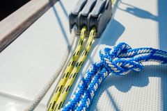 Der Riff-Knoten ist schnell und einfach zu binden - es ist ein guter Knoten für das Sichern von unkritischen Einzelteilen lizenzfreie stockfotos
