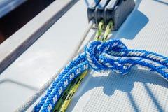 Der Riff-Knoten ist schnell und einfach zu binden - es ist ein guter Knoten für das Sichern von unkritischen Einzelteilen stockfotografie
