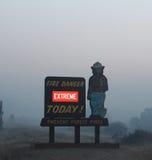 Der Rim Fire In Yosemite | 2013 | Rauch hinter Feuer-Zeichen Lizenzfreie Stockfotos