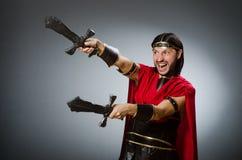 Der römische Krieger mit Klinge gegen Hintergrund Stockfotos
