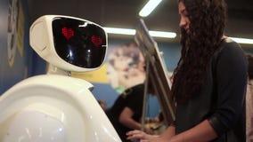 Der Roboter betrachtet das Mädchen Künstliche Intelligenz Moderne Robotertechnologien stock video