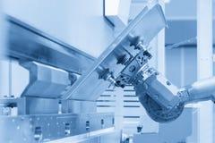 Der Roboter für das Metall, das Blech übergibt stockfoto