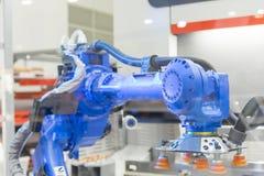 Der Roboter für das Metall, das Blech übergibt, wenn Prozess gebildet wird stockbild