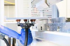 Der Roboter für das Metall, das Blech übergibt, wenn Prozess gebildet wird lizenzfreies stockfoto