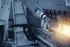 Der Roboter für das Metall, das Blech übergibt, wenn Prozess gebildet wird stockbilder