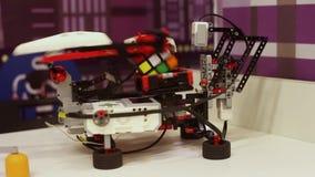 Der Roboter sammelt schnell einen Würfel von rubik Moderne Robotertechnologien Künstliche Intelligenz Kybernetische Systeme stock video footage