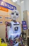 Der Roboter schaut sorgfältig und nett Stockfotos