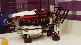 Der Roboter selbst sammelt schnell einen Würfel von rubik Moderne Robotertechnologien Künstliche Intelligenz kybernetisch stock footage