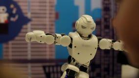 Der Roboter steht auf einem Bein Moderne Robotertechnologien Künstliche Intelligenz Kybernetische Systeme heute HD stock footage
