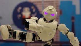 Der Roboter steht auf einem Bein und hält Balance Moderne Robotertechnologien Künstliche Intelligenz Kybernetische Systeme stock footage