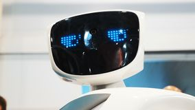 Der Roboter untersucht die Kamera und ist überrascht Moderne Robotertechnologien Der Roboter betrachtet die Kamera auf stock video footage