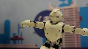 Der Roboter zeigt verschiedene Bewegungen Moderne Robotertechnologien Künstliche Intelligenz Kybernetische Systeme heute stock video