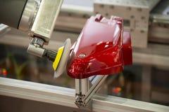 Der Roboterarm, der das Automobilteil poliert stockfotografie
