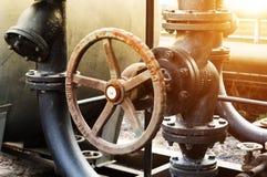 Der Rohrleitung Ölraffinieren zuhause in der Fabrik Stockfotografie