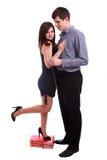 Der romantische junge Mann, der Rot gibt, stieg auf Freundin Stockfoto