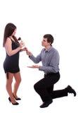 Der romantische junge Mann, der Rot gibt, stieg auf Freundin Lizenzfreies Stockfoto