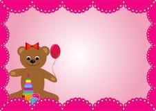 Der rosa Hintergrund mit einem Spielzeugbären für den Geburtstag eines Mädchens Lizenzfreie Stockfotos