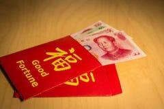 Der rote Umschlag oder das Hong-bao wird für das Geben des Geldes während des Chinesischen Neujahrsfests in China und in Taiwan v Stockfoto
