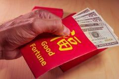 Der rote Umschlag oder das Hong-bao wird für das Geben des Geldes während des Chinesischen Neujahrsfests in China und in Taiwan v Lizenzfreie Stockfotografie