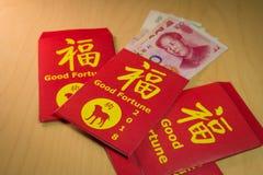 Der rote Umschlag oder das Hong-bao wird für das Geben des Geldes während des Chinesischen Neujahrsfests im Jahre 2018 oder Hund- Lizenzfreie Stockfotos