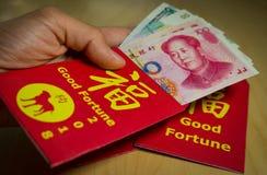Der rote Umschlag oder das Hong-bao wird für das Geben des Geldes während des Chinesischen Neujahrsfests im Jahre 2018 oder Hund- Stockfotos