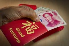 Der rote Umschlag oder das Hong-bao wird für das Geben des Geldes während des Chinesischen Neujahrsfests in China und in Taiwan v Lizenzfreie Stockbilder
