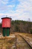 Der rote Wasserturm und die Schienen stockfotos
