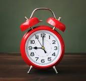Der rote Wecker, der 9-00 Stunden zeigt Lizenzfreie Stockfotografie