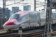 Der rote Zug der Kugel der Reihe E6 (Hochgeschwindigkeits- oder Shinkansen) Stockbild