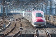 Der rote Zug der Kugel der Reihe E6 (Hochgeschwindigkeits- oder Shinkansen) Lizenzfreies Stockbild