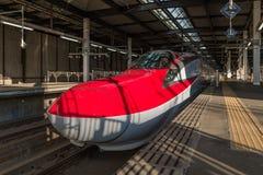 Der rote Zug der Kugel der Reihe E6 (Hochgeschwindigkeits, Shinkansen) in Morioka Lizenzfreie Stockbilder