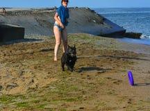 Der Rottweiler-Hund und ihre Geliebte im Wasser Lizenzfreie Stockfotos