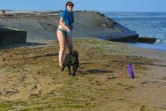 Der Rottweiler-Hund und ihre Geliebte im Wasser Lizenzfreie Stockfotografie