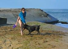 Der Rottweiler-Hund und ihre Geliebte im Wasser Stockfoto
