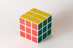 Der Rubik-` s Würfel auf dem weißen Hintergrund Lizenzfreie Stockfotografie